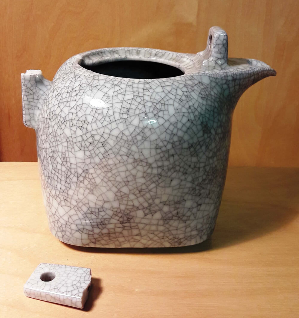 Teekanne mit Bruchstücken